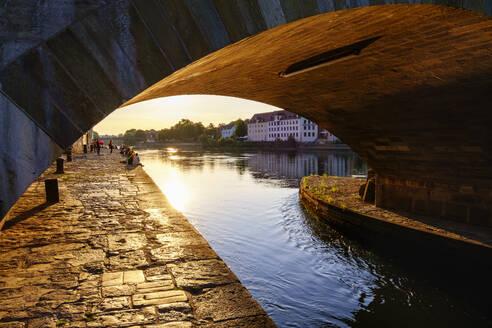 Steinerne Brücke über Donau, Regensburg, Oberpfalz, Bayern, Deutschland - SIEF08930
