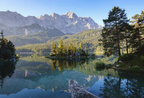 Eibsee mit Braxeninsel und Zugspitze bei Sonnenaufgang, bei Grainau, Werdenfelser Land, Oberbayern, Bayern, Deutschland - SIEF08938