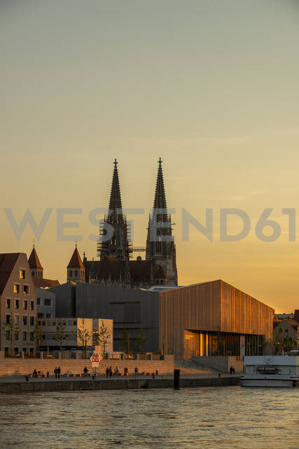 Saint Peter's Cathedral and Museum Brandhorst by Danube river against sky at sunset, Regensburg, Germany - LBF02676 - Lisa und Wilfried Bahnmüller/Westend61