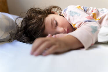 Cute little girl sleeping in bed - GEMF03121
