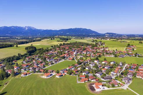 Greiling, hinten Benediktenwand und Blomberg, T�lzer Land, Luftbild, Oberbayern, Bayern, Deutschland - SIEF08974
