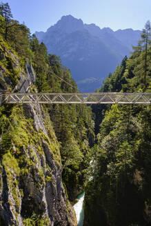 Panoramabr�cke �ber Leutschklamm, Geisterklamm, Tirol, �sterreich, Grenzgebiet bei Mittenwald, Oberbayern, Bayern, Deutschland - SIEF09007