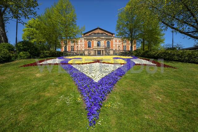 Colorful flowers growing in front of Bayreuth Festspielhaus against clear sky during sunny day, Bayreuth, Germany - LBF02707 - Lisa und Wilfried Bahnmüller/Westend61