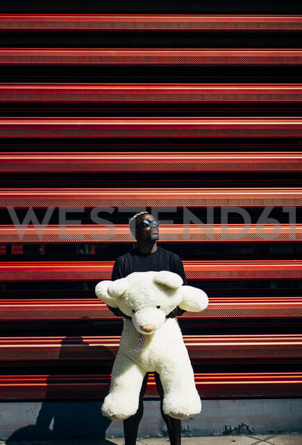 Portrait of cool young man holding huge teddy bear - OCMF00698 - Oscar Carrascosa Martinez/Westend61