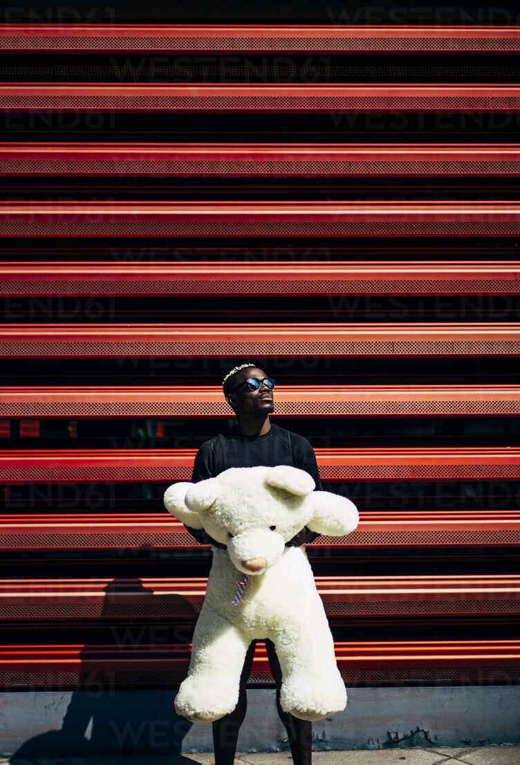 Portrait of cool young man holding huge teddy bear - OCMF00698 - Oscar Carrascosa Martinez/Westend61