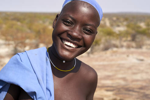 Laughing Mucubal tribe woman, portrait, Tchitundo Hulo, Virei, Angola - VEGF00613