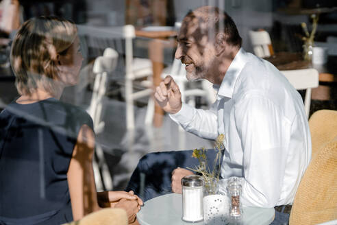 Businessman and woman having a meeting in a coffee shop - KNSF06366