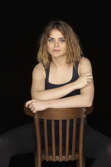 Portrait confident, beautiful young woman - FSIF04319