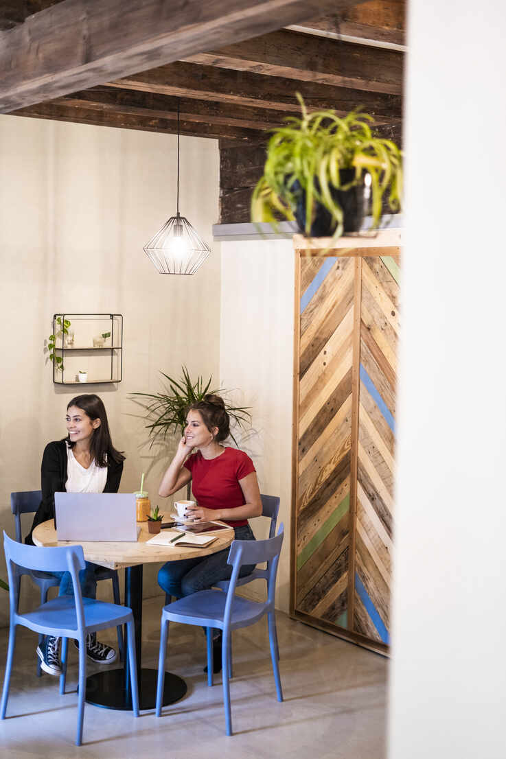 Two young women with laptop in a cafe - GIOF07120 - Giorgio Fochesato/Westend61