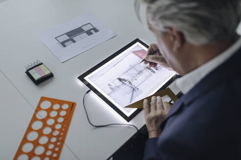 Senior businessman drawing on shining tablet - GUSF02557