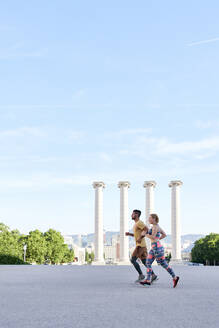 Man and woman running in the city - JNDF00083