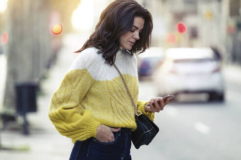 Brunette woman using her smartphone in the city - JSRF00566