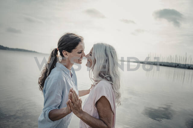 Mother and daughter spending a day at the sea - JOSF03739 - Joseffson/Westend61