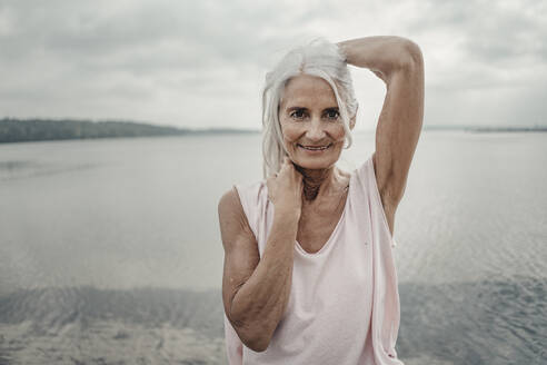 White haired senior woman posing by the sea - JOSF03748