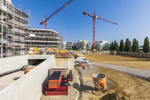 Deutschland, Baden-Württemberg, Ostfildern, bei Stuttgart, Neubaugebiet, Baustelle, Neubau Mehrfamilienhäuser, Rohbau, Baukräne, Mehrfamilienhaus, Wohnhaus, Immobilie - WDF05516