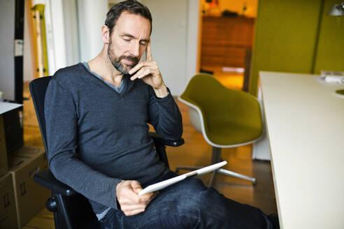 Geschäftsmann, Hamburg, Deutschland, Büro - MIK00049