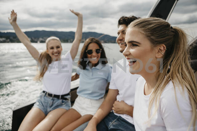 Happy friends on a boat trip on a lake - LHPF00897 - letizia haessig photography/Westend61