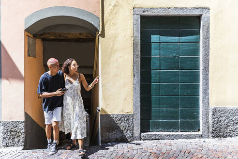 Young couple exploring the city, Lecco, Italy - MCVF00057