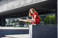 Sporty young woman doing acrobatics on a wall - JSMF01289