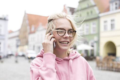 Portrait of blond woman using smartphone - JESF00369
