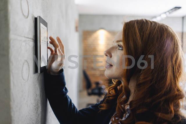 Businesswoman using device at a wall - KNSF06639 - Kniel Synnatzschke/Westend61