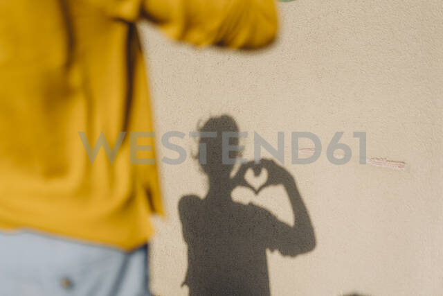 Shadow of a woman shaping a heart with her hands - KNSF06693 - Kniel Synnatzschke/Westend61