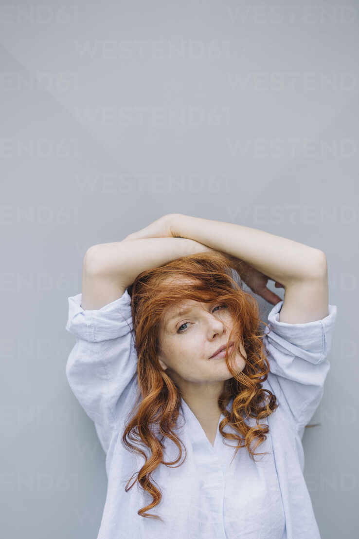 Portrait of beautiful redheaded woman at a wall - KNSF06723 - Kniel Synnatzschke/Westend61