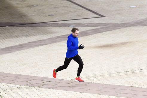 Jogger running on a street - JSRF00638