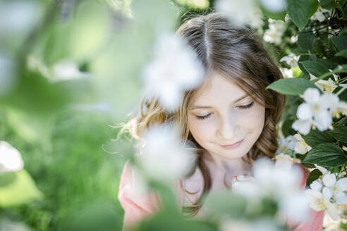 Portrait of girl with closed eyes in the garden - STBF00409