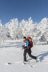 Woman skiing - JOHF01484