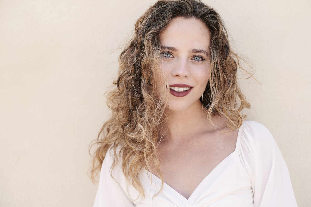 Portrait of beautiful smiling young woman - IGGF01350 - Ivan Gener/Westend61