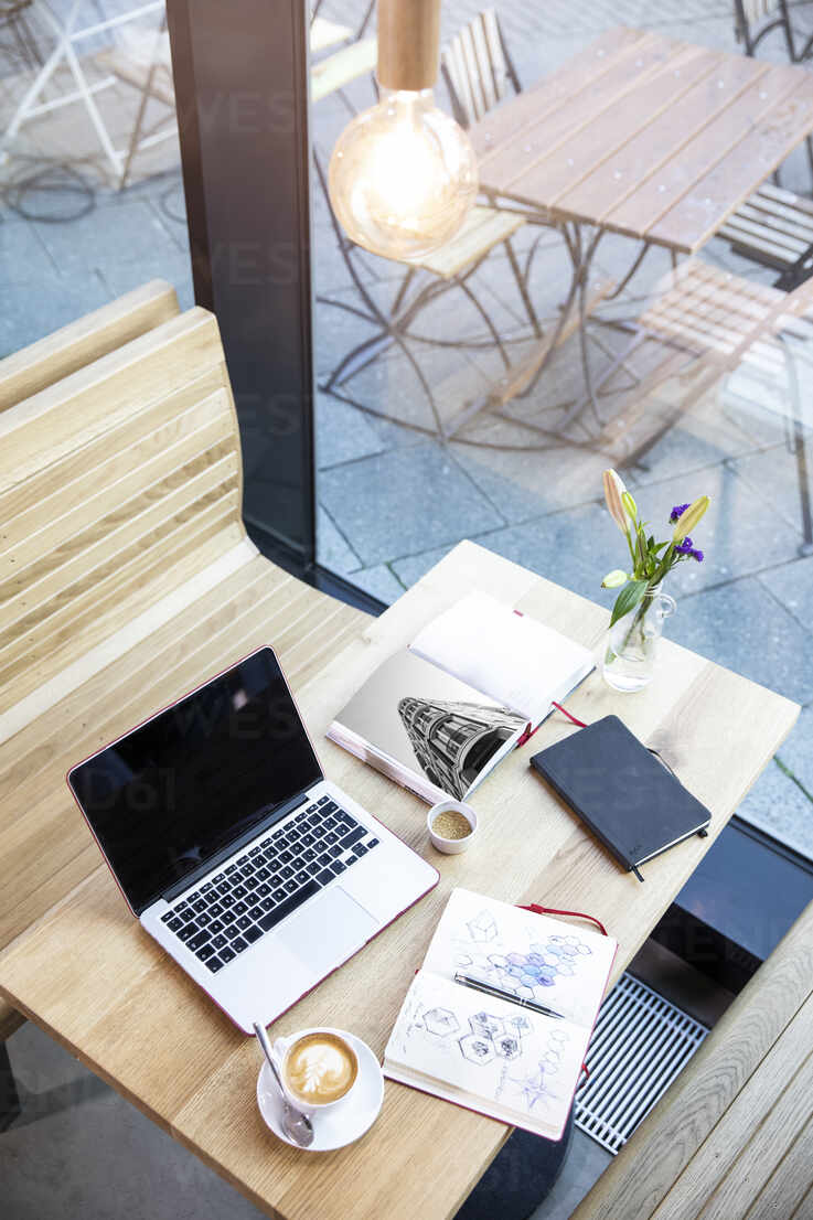 Laptop and books on table in a cafe - FKF03619 - Florian Küttler/Westend61