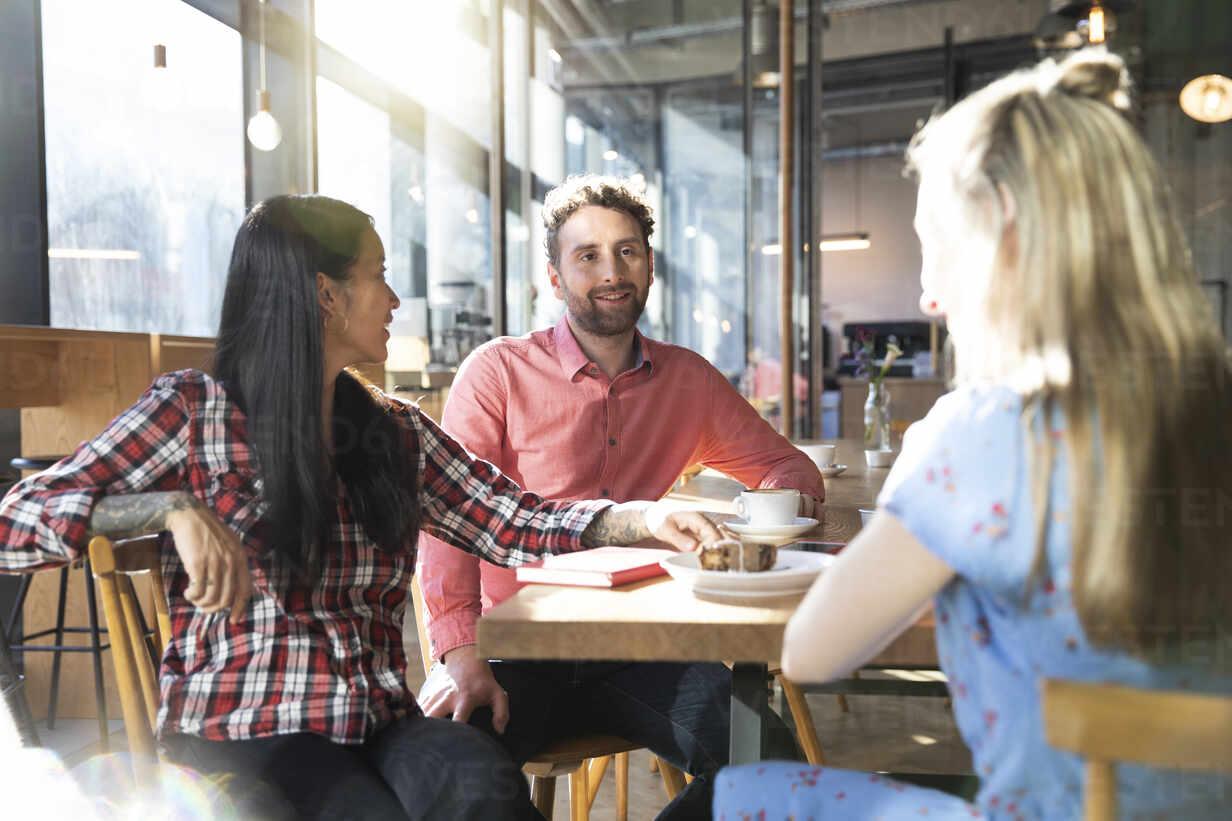 Friends meeting in a cafe - FKF03640 - Florian Küttler/Westend61
