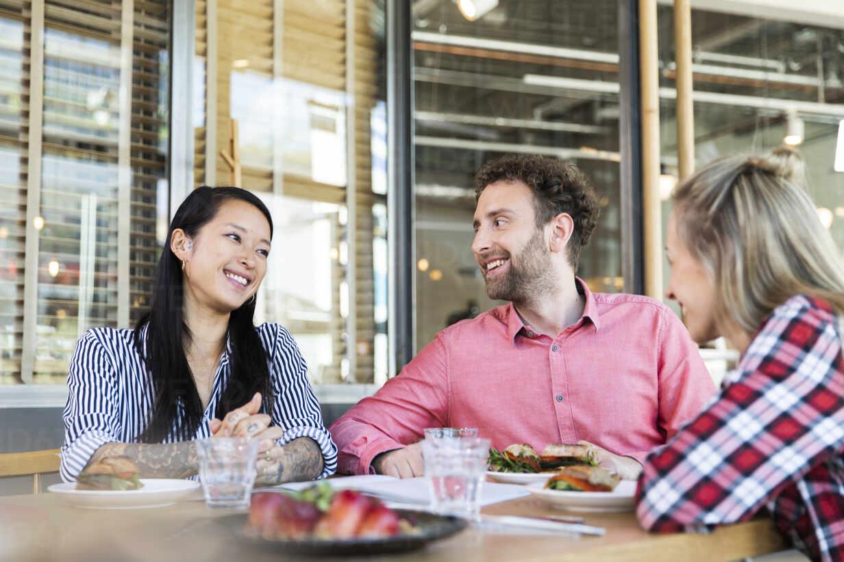 Happy friends having lunch in a cafe - FKF03694 - Florian Küttler/Westend61