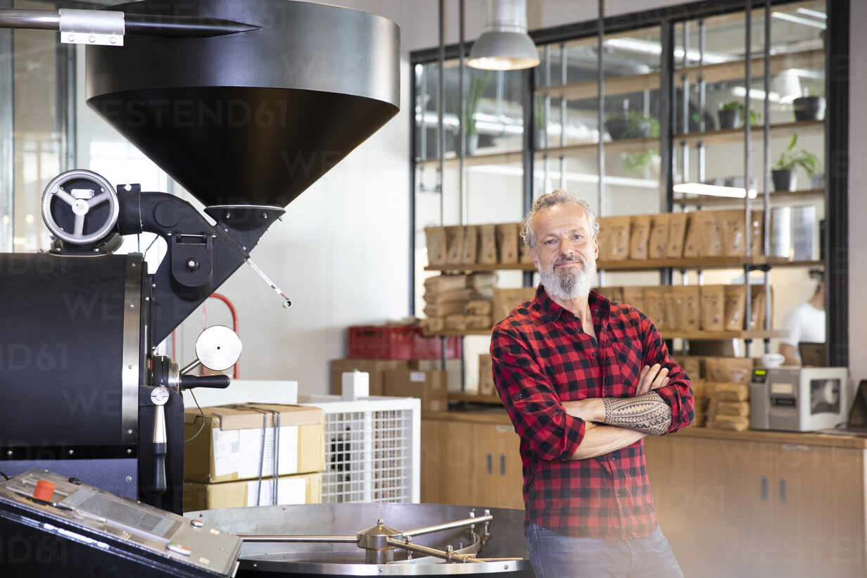 Portrait of confident mature man in a coffee roastery - FKF03697 - Florian Küttler/Westend61