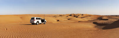 Man with off-road vehicle, taking pictures in the desert, Wahiba Sands, Oman - WWF05278