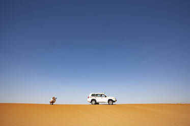 Man with off-road vehicle, taking pictures in the desert, Wahiba Sands, Oman - WWF05290