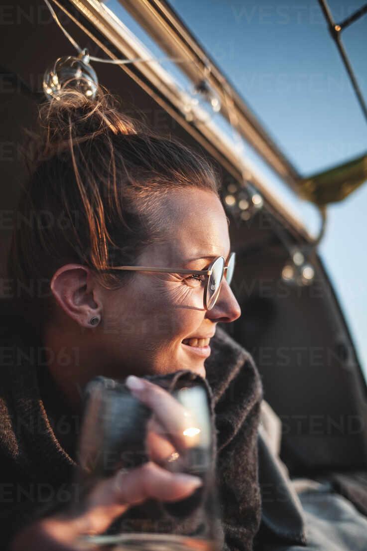 Portrait of woman with glass of white wine in van - NAF00136 - sinanmuslu/Westend61