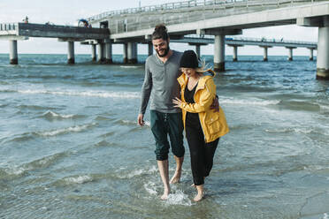 Couple walking at the beach in Heiligenhafen - NAF00158