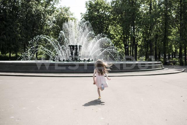 Little girl running towards a fountain - EYAF00539 - Ekaterina Yakunina/Westend61