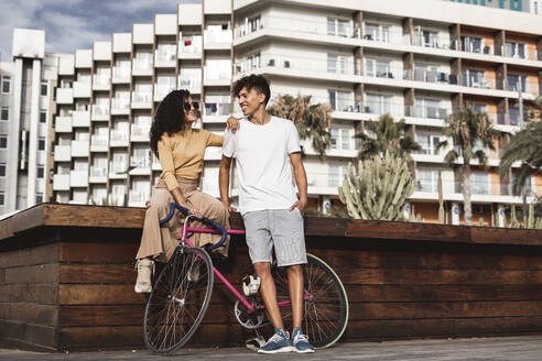 Cool couple with bicycle in the city - RCPF00007