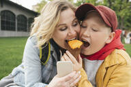 Mother and son eating ice cream together - VPIF01585