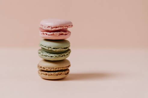 macarons on pink background - JMHMF00005