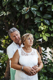 Senior couple embracing outdoors - MOSF00014