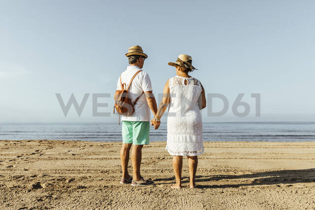 Rear view of senior couple on the beach, El Roc de Sant Gaieta, Spain - MOSF00029 - Marcos Osorio/Westend61