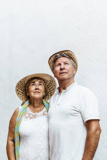 Portait of senior couple looking up - MOSF00044