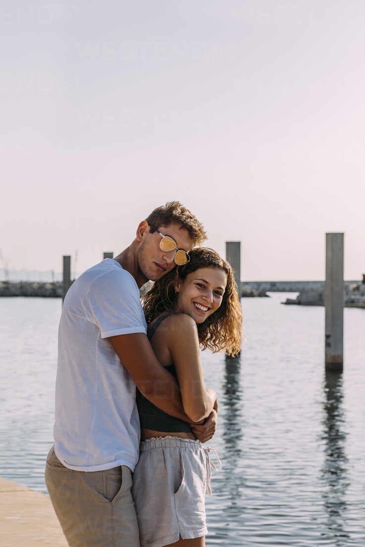 Happy young couple hugging at the sea - MOSF00054 - Marcos Osorio/Westend61
