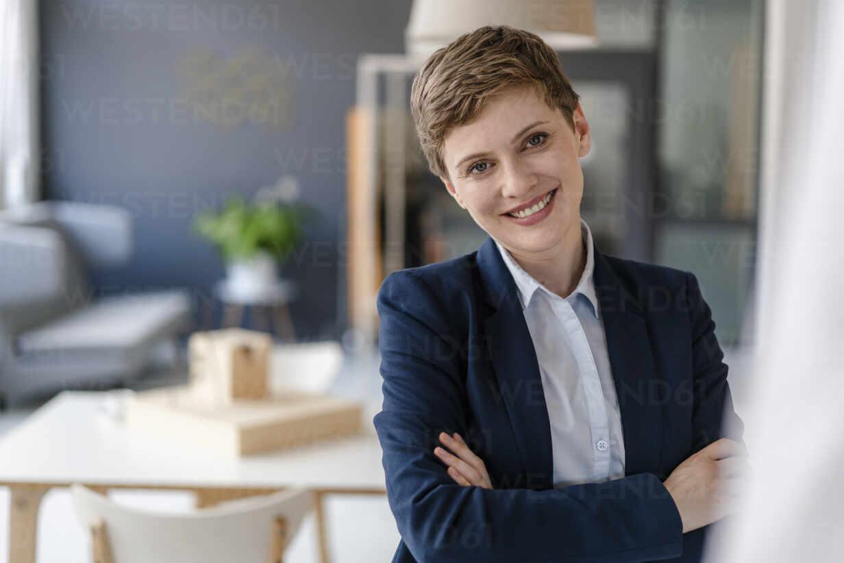 Portrait of confident businesswoman in office - KNSF06805 - Kniel Synnatzschke/Westend61