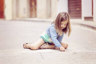 Girl drawing in the street - XCF00289