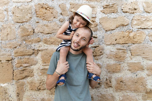 Portrait of little girl on her father's shoulders - GEMF03218